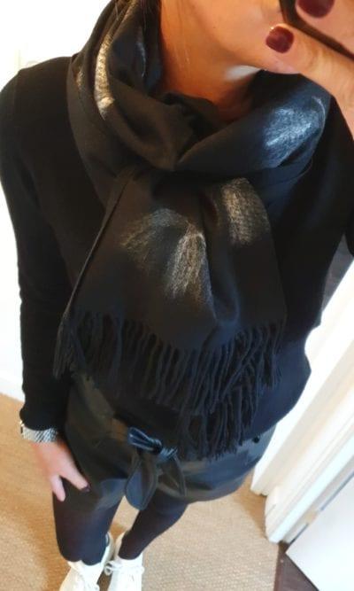 Echarpe noire frange motif
